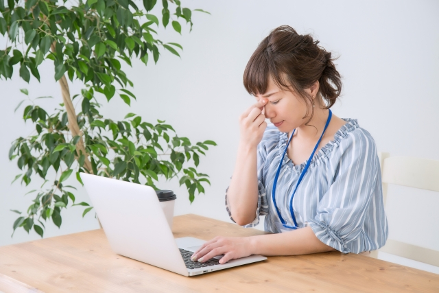 ブログは誰に向けて書くのか悩む女性の画像